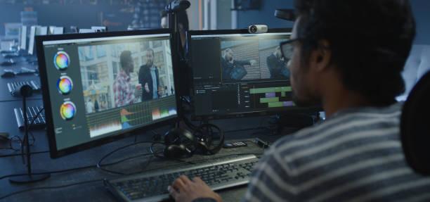 영화 작업을 하는 영화 편집자 - 미디어 장비 뉴스 사진 이미지