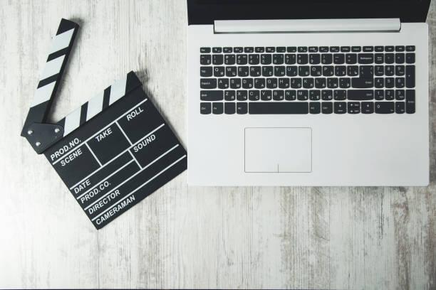 filmschild auf tastatur - drehbuchautor stock-fotos und bilder