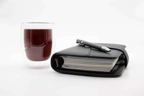 Filofax und Kaffee, isoliert auf weißem Hintergrund – Foto