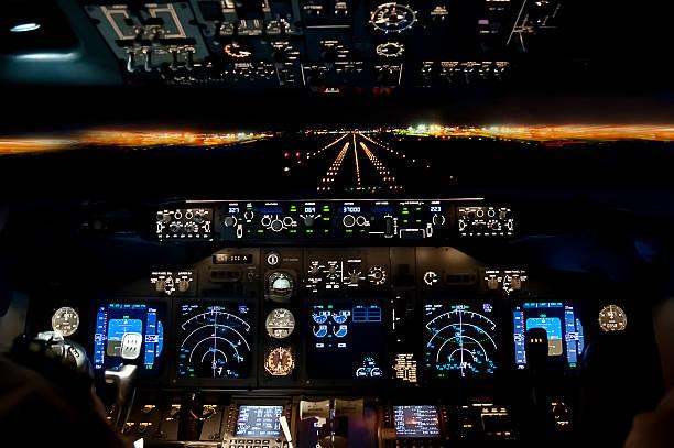 enfoque en la última noche-avión aterrizando vuelo vista de la plataforma - aterrizar fotografías e imágenes de stock