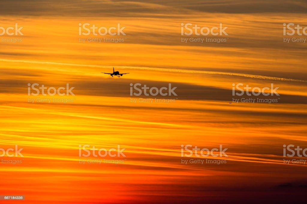 Aproximación final para aterrizar en puesta del sol, aeropuerto de Munich, Alemania - foto de stock