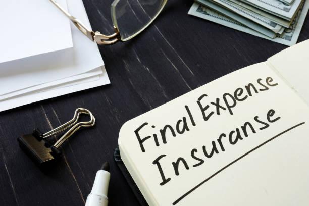 Endgültige Spesenversicherung im schwarzen Notizblock. – Foto