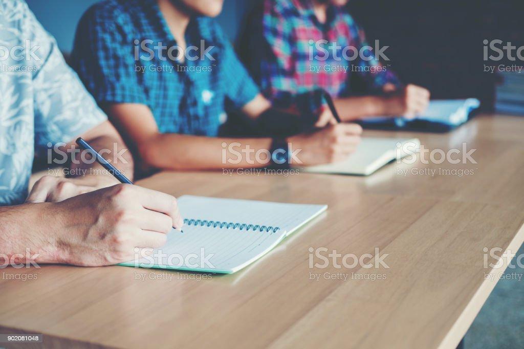 Abschlusstest Studenten testen Prüfung an der Universität – Foto