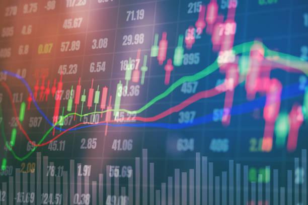 Finanzas y banca en intercambio financiero bolsa digital y ciudad de doble exposición de gráfica en el fondo de comercio - foto de stock
