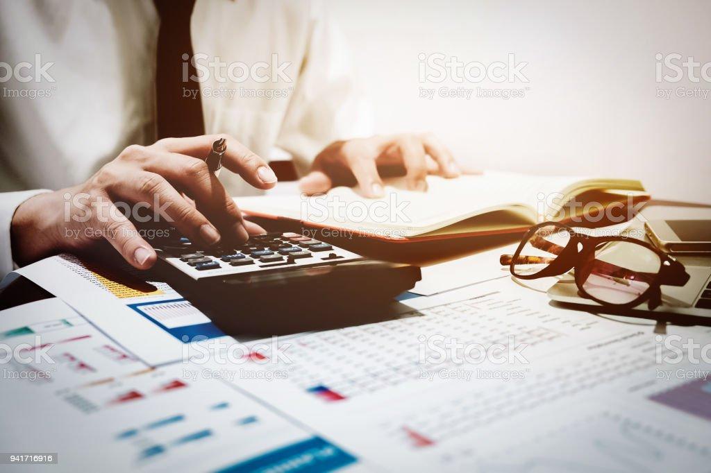 Finanzen-Konzept, Geschäftsmann analysieren Graph-Diagramm mit Taschenrechner und Computer Laptop für seine Ergebnisprognose in der Zukunft. – Foto