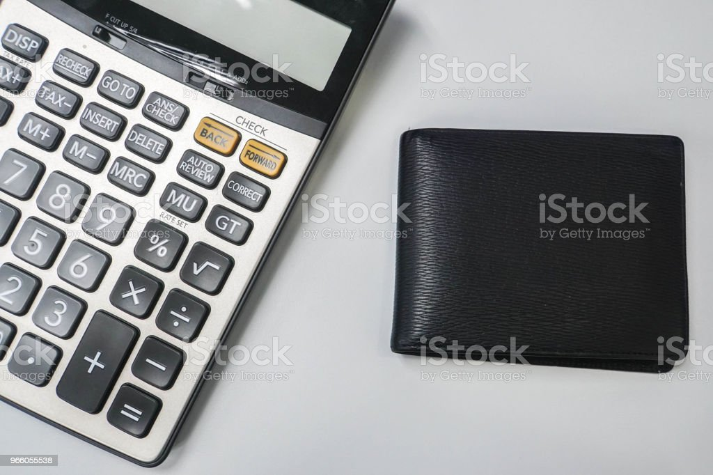 Finanzen-Konzept - isolierte Männer Leder Brieftasche mit Taschenrechner - Lizenzfrei Arbeiten Stock-Foto