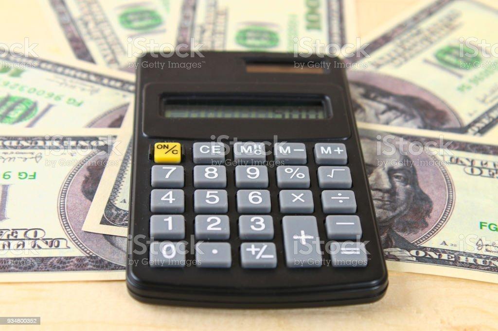 금융 개념: 미국 백 달러 지폐, 계산기, 계산 서. - 로열티 프리 개념 스톡 사진