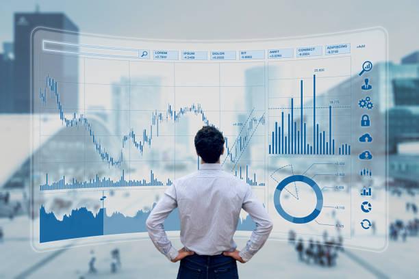 Finanzhandelsmanager analysiert Börsenindikatoren für die beste Anlagestrategie, Finanzdaten und Charts mit Business Buildings im Hintergrund – Foto
