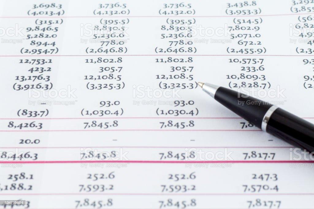 Hoja de contabilidad financiera con la escritura negro pluma - foto de stock