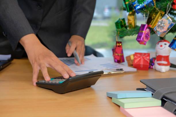 Finanzberater nutzen Sie Rechner Einnahmen & Budget berechnen. Buchhalter Buchhaltung in den Weihnachtsferien zu tun – Foto