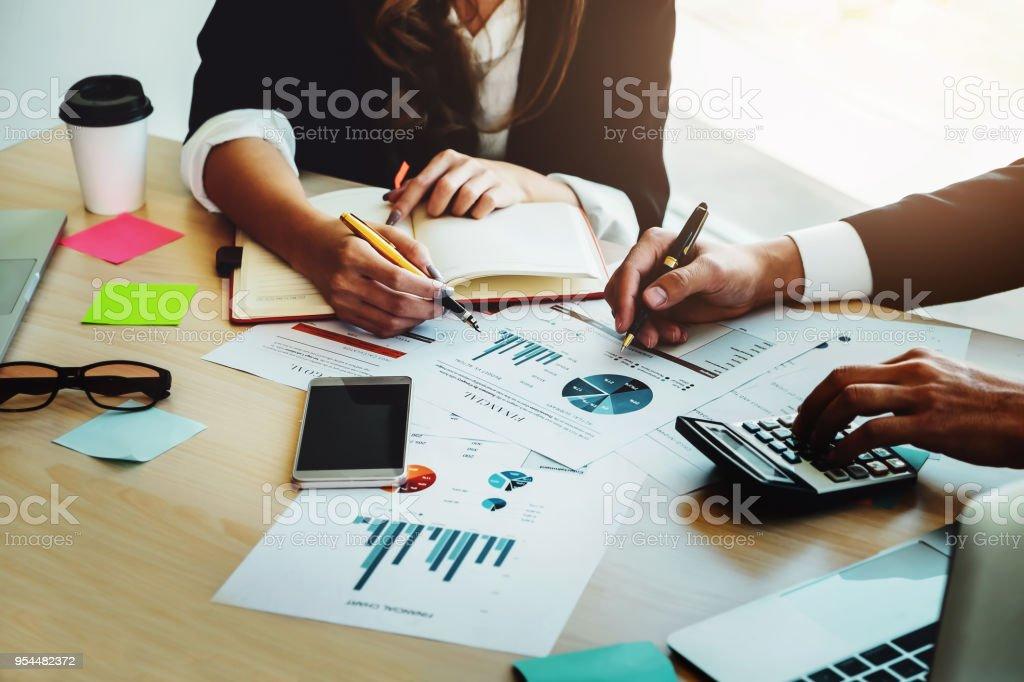 Finanzberater, Buchhaltung und Anlagekonzept, Unternehmer beraten Berater finanzielle treffen, zu analysieren und auf den Finanzbericht in seinem Arbeitszimmer. – Foto