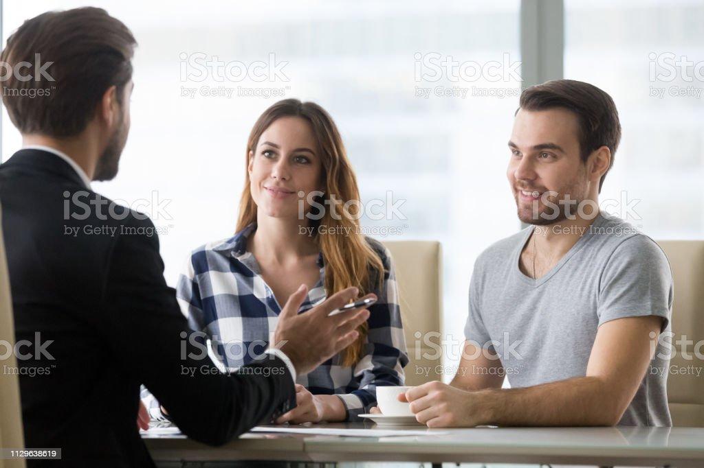 Finanzberater die Präsentation Angebot für Kunden der Tagung - Lizenzfrei Anwalt Stock-Foto