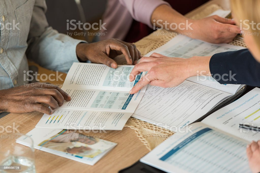 Financial advisor pointing brochure - foto de stock