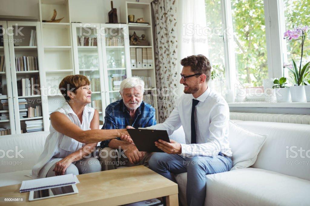 Finanzberater Händeschütteln mit älteren Frau – Foto