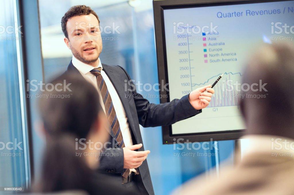 Consultor financeiro falando - foto de acervo