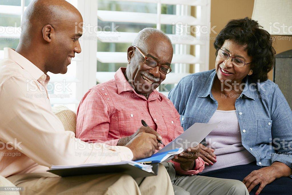 Financial Advisor Gespräch mit altes Paar zu Hause – Foto