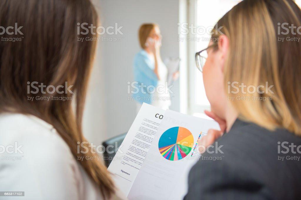 Finansiell rådgivare med en klient som betänkandet royaltyfri bildbanksbilder
