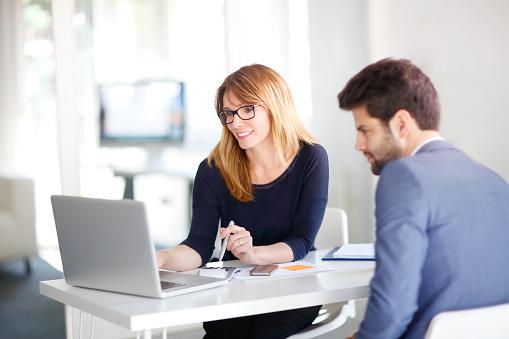 Consultor Financeiro Com Cliente - Fotografias de stock e mais imagens de Administrador