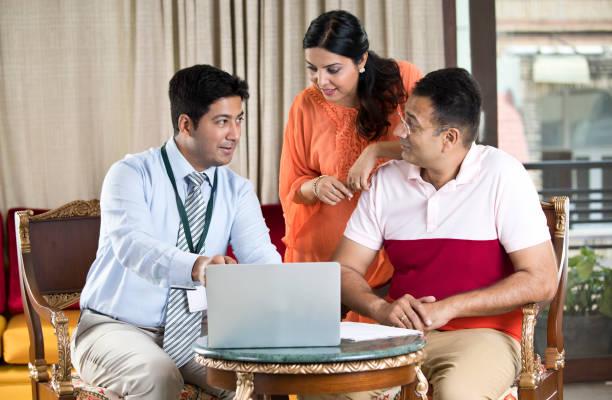 Finanzberater bei indischer Familie – Foto