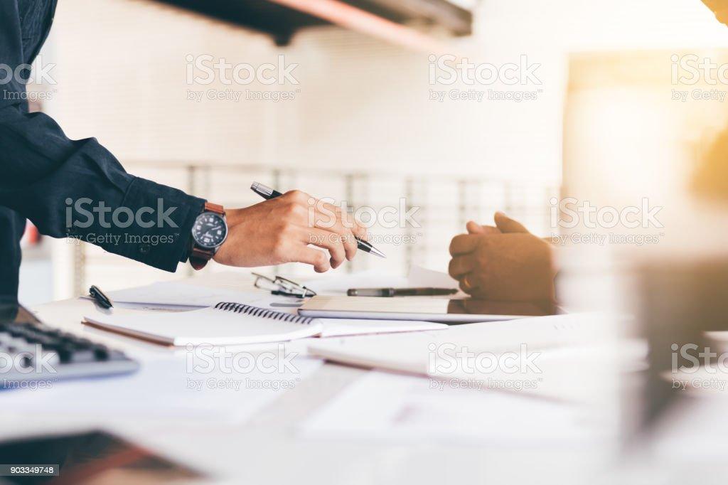 Mercados de análise de consultores financeiros com tablet digital e falando sobre planos para o futuro. - foto de acervo