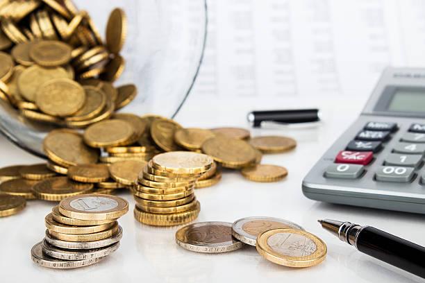 Finanziellen Hintergrund mit Geld, festlegen, Tisch und Stift – Foto