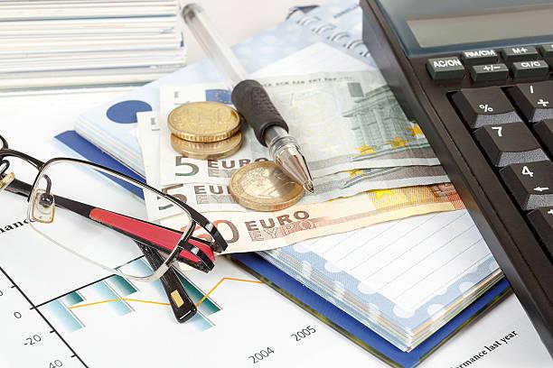 Finanzielle Nahaufnahme mit euro, Taschenrechner, Gläser und Stift – Foto