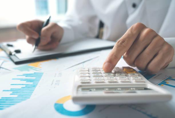 finanzkonzept - gehaltsstreifen stock-fotos und bilder