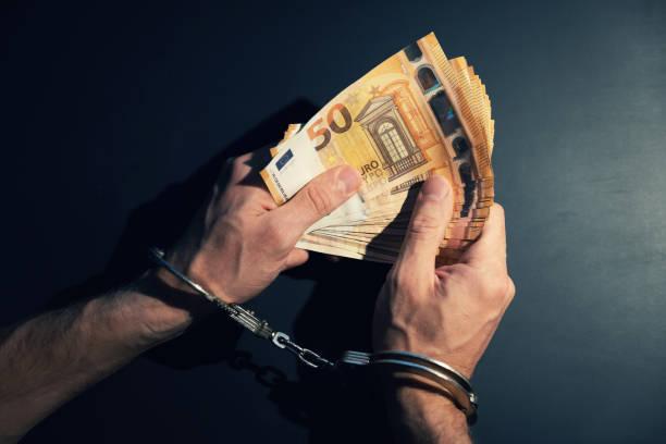 ekonomisk brottslighet concept-bojad händer med kontanter pengar - dirty money bildbanksfoton och bilder