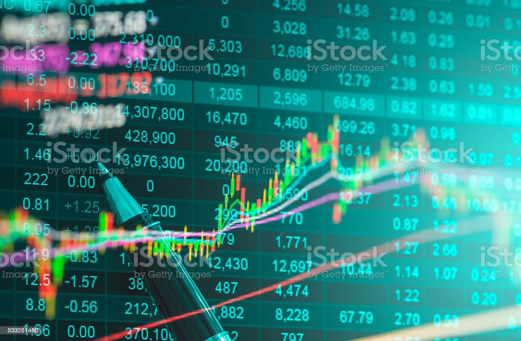 Datos financieros en un monitor, datos de la bolsa - foto de stock