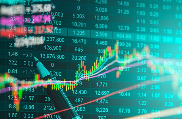 Datos financieros en un monitor, datos de la bolsa - foto de stock