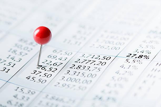 Finanzdaten mit roten pin – Foto