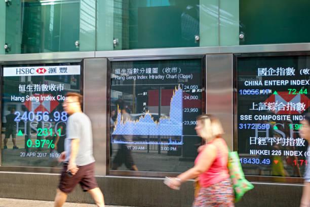 finanzielle anzeige bord - hang seng index stock-fotos und bilder