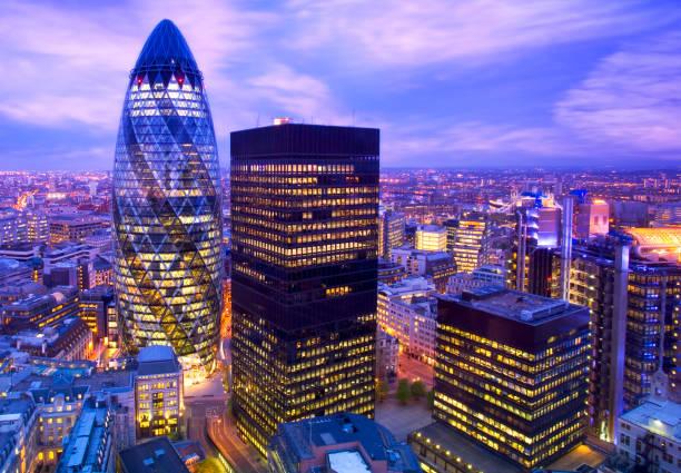 financial district of london at dusk - quartiere finanziario foto e immagini stock
