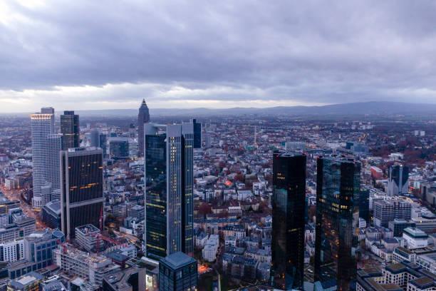 Bankenviertel-Bürogebäude in der Abenddämmerung in Frankfurt am Main – Foto