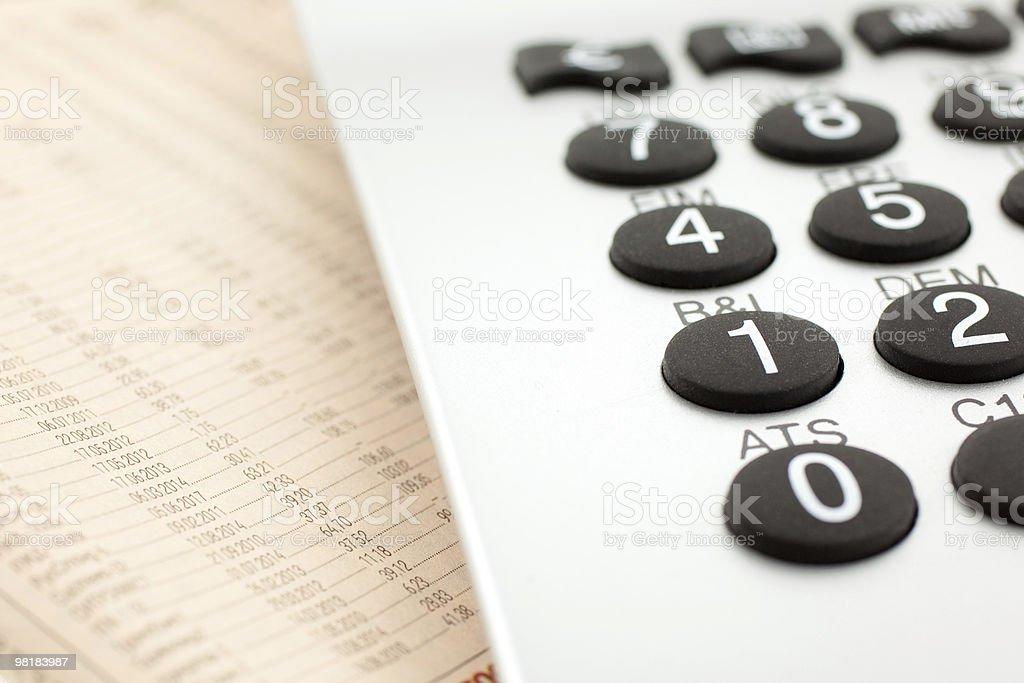 Giornale finanziario con Calcolatrice foto stock royalty-free