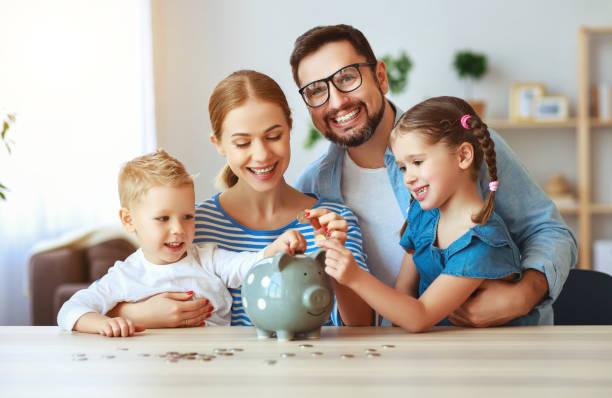 familia de planificación financiera madre padre y niños con alcancía en casa - planificación financiera fotografías e imágenes de stock