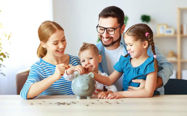 Finanzplanung Familienmutter Vater und Kinder mit Schweinefleisch-Bank zu Hause – Foto