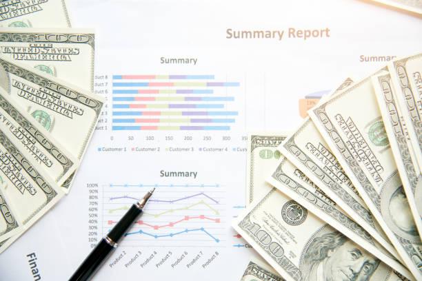 Problème financier avec le rapport de synthèse et de billets de banque. Notion financière. - Photo