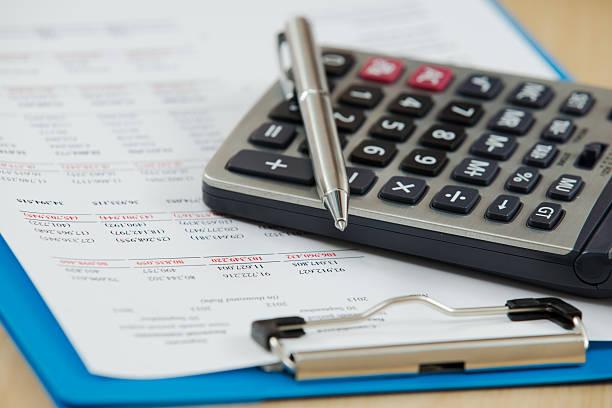 Finanzbericht mit Kalkulator – Foto