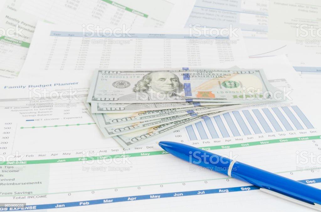 Finanzbericht mit Geld und Stift-Business-Konzept - Lizenzfrei Bankgeschäft Stock-Foto