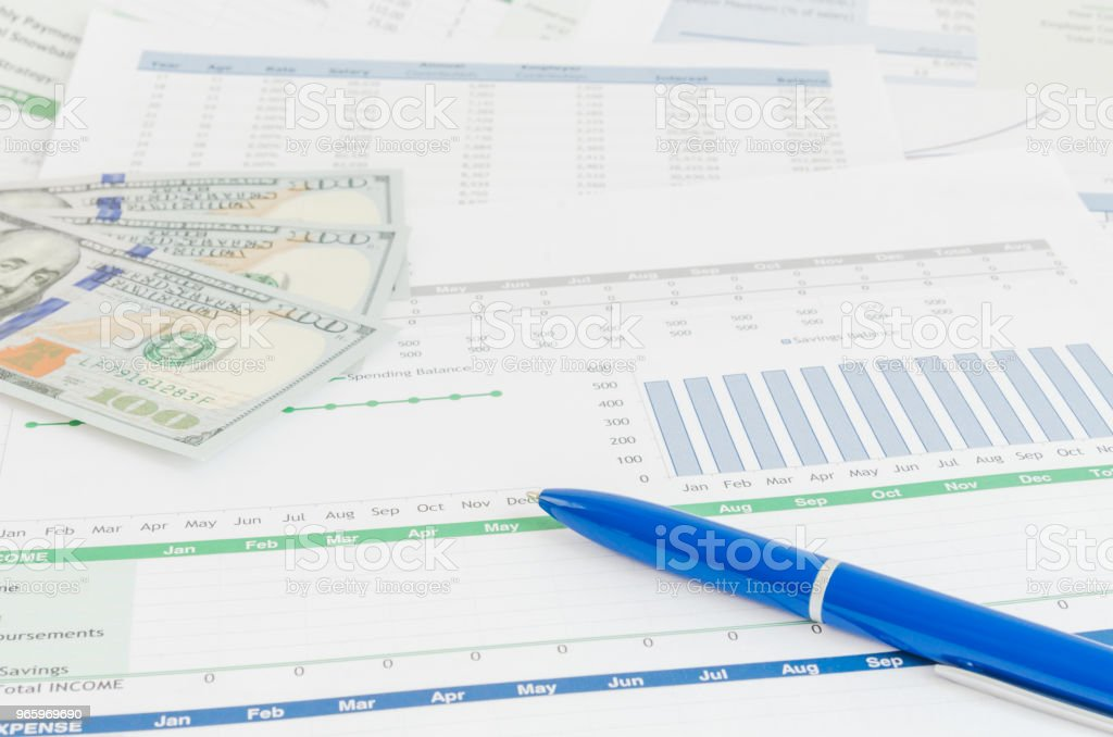 Financieel verslag met geld en pen bedrijfsconcept - Royalty-free Bankieren Stockfoto
