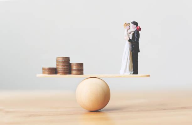 finansiella spara pengar för bröllop. förbered dig för äktenskaps utgifter - smekmånad bildbanksfoton och bilder