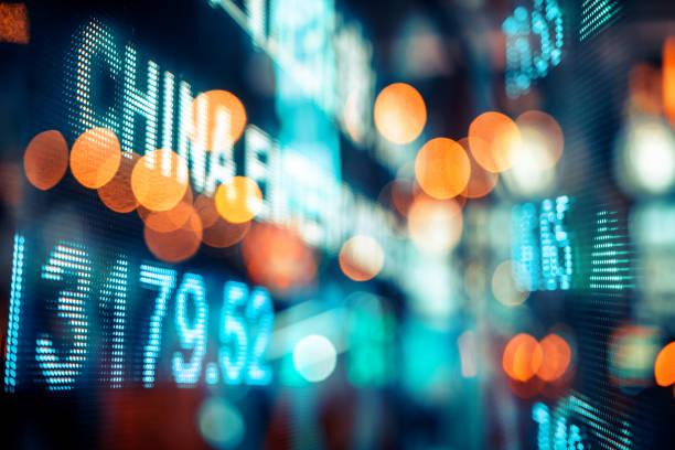 finanzielle börse zahlen und abstrakte stadt lichtreflexion - hang seng index stock-fotos und bilder