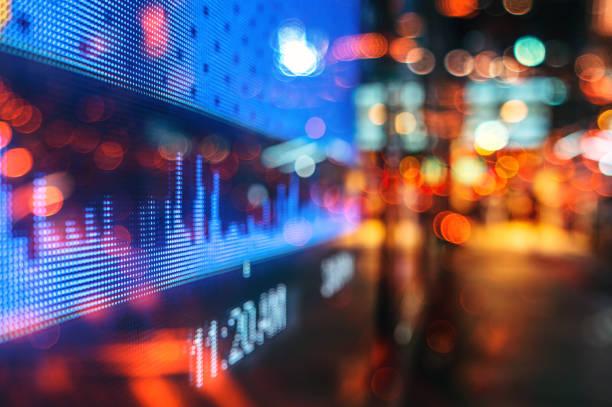 finanzbörsenzahlen und stadtlichtreflexion - hang seng index stock-fotos und bilder