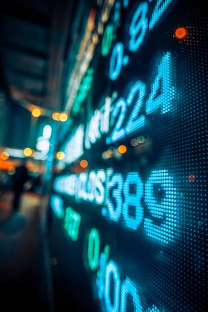 finanzielle börse zahlen und stadt lichtreflexion - nikada stock-fotos und bilder