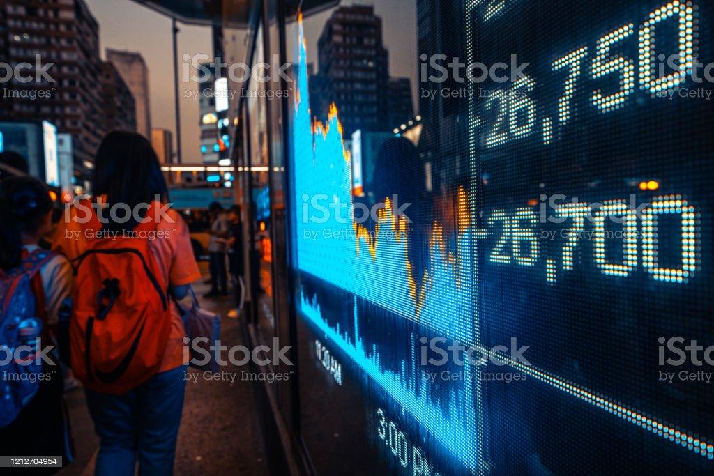 Finanzbörsenzahlen und Stadtlichtreflexionen - Lizenzfrei Asien Stock-Foto