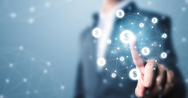Finanztechnologie (Fin-tech). Geschäftsmann zeigt Dollar-Währungssymbol. Konzept Online-Transaktionsanwendung für E-Commerce und Internet-Investitionen – Foto