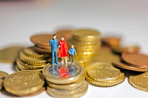 finanza e famiglia in crisi economica - eurozahlen stock-fotos und bilder