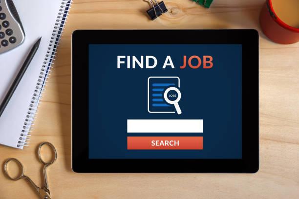 Ein Job-Konzept auf Tablet-Bildschirm mit Office-Objekte zu finden – Foto