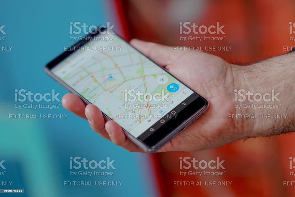 Suche nach einem Standort auf GoogleMaps mit der mobilen Gps navigation – Foto